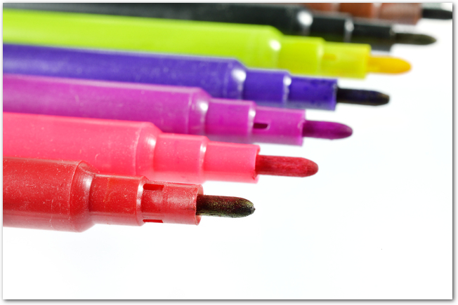 色とりどりのサインペンが並ぶ様子