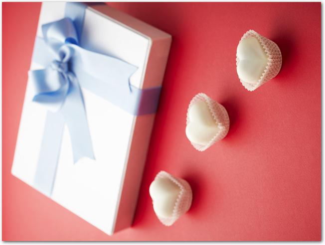 ハート型のチョコレートとギフトボックス