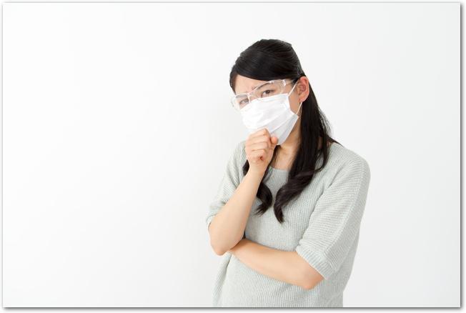花粉用のゴーグルとマスクをつけた女性
