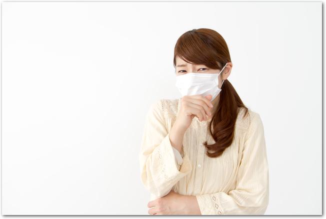 マスクをしている女性の様子