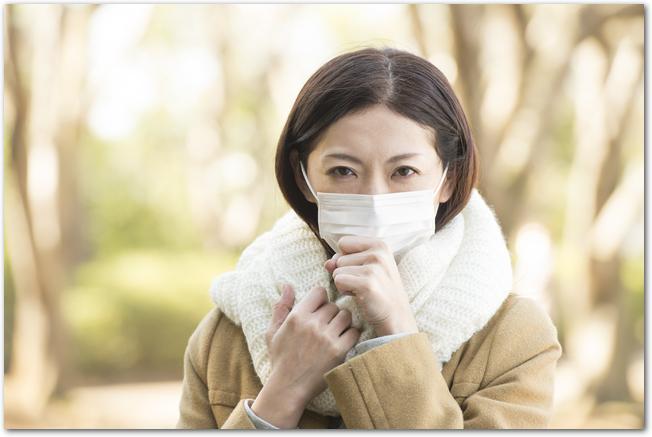 マスク姿の冬の服装をした女性