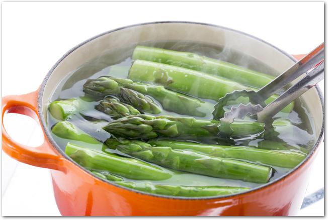 鍋で茹でられているアスパラガス