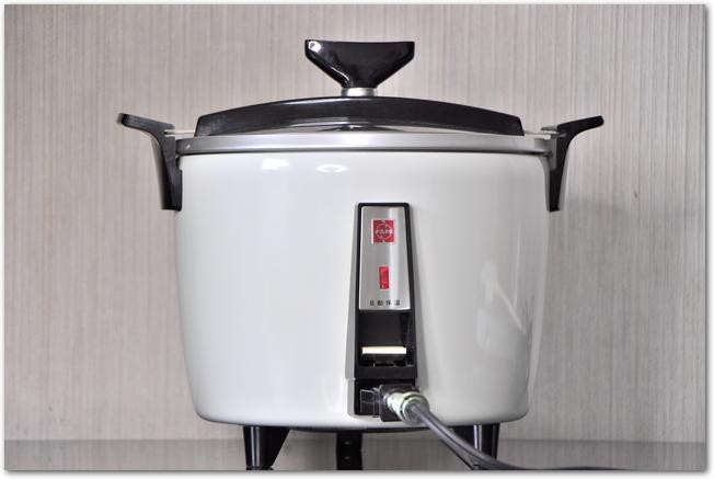 白い炊飯器を正面から見た様子