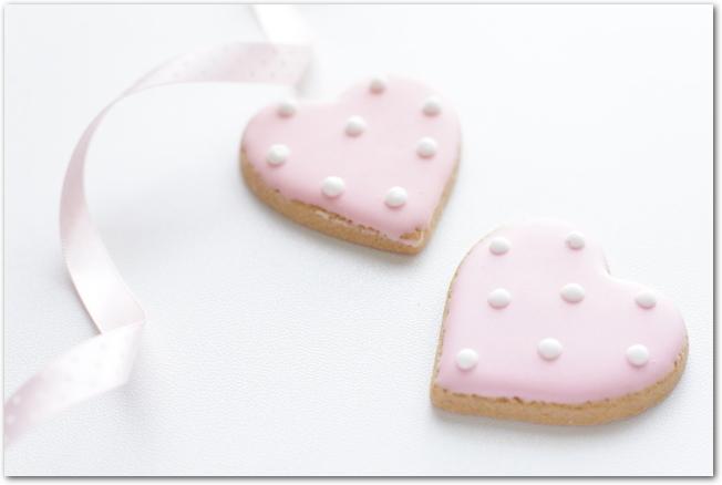 ハート型のクッキーがレースペーパーの上に3つ並んでいる様子
