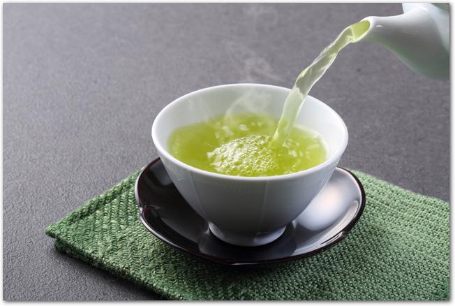 緑茶を急須から湯呑に注ぐ様子