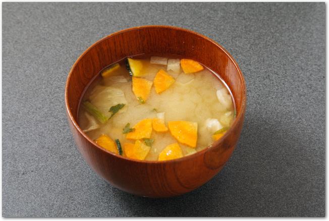 人参などの野菜の入った味噌汁