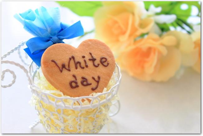 ホワイトデーと書かれたハート型のクッキー