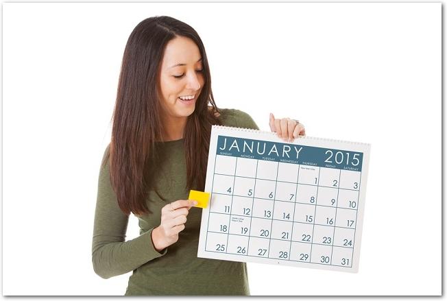 1月のカレンダーを持つ女性の様子
