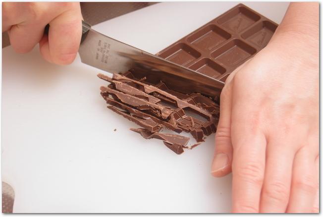 チョコレートを包丁で刻んでいる様子