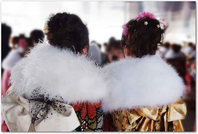 成人式の振り袖姿の女性たちの後ろ姿