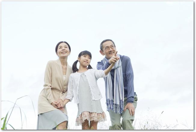 祖父母と手を繋ぐ女の子の孫