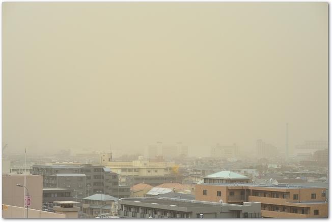 PM2.5でかすむ中国の都市の様子