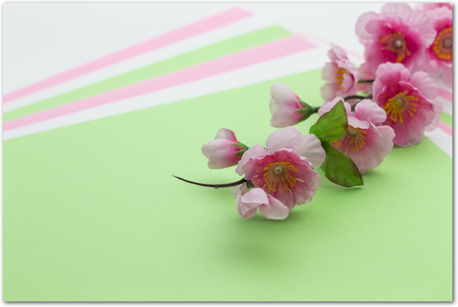 菱餅カラーの画用紙と桃の花