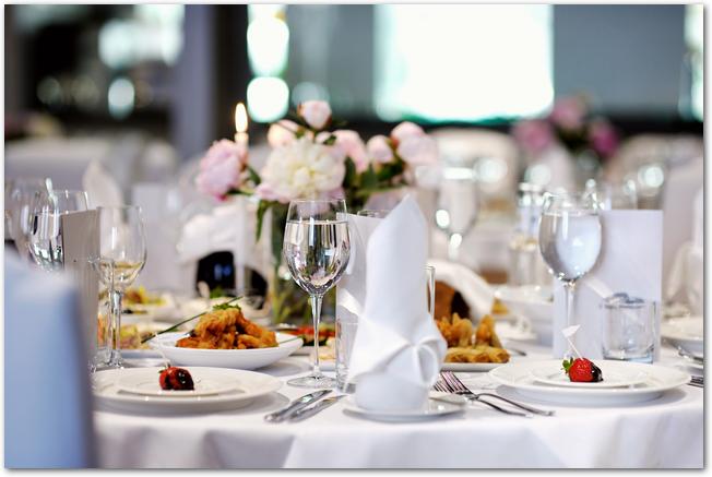 装飾がされた結婚式の披露宴会場の様子