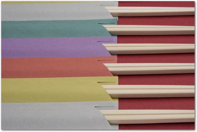 カラフルな紙に包まれた割り箸
