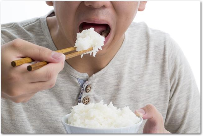 食事をする男性の口元