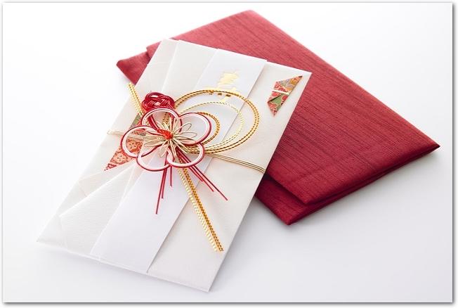 ご祝儀袋と赤い袱紗