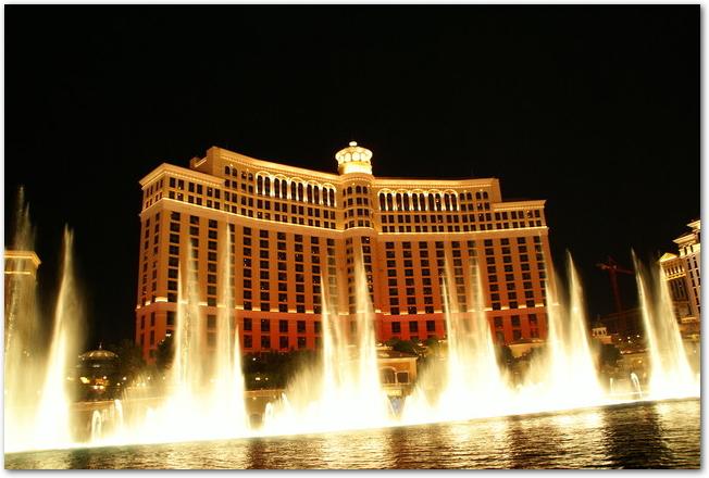 夜のラスベガスのベラージオホテルの噴水ショー