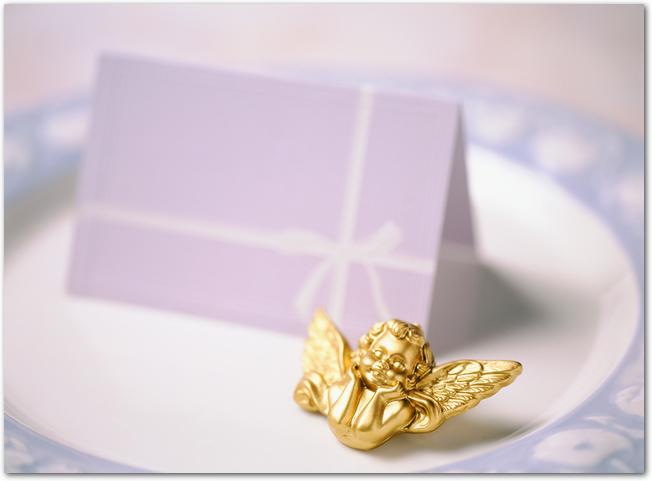 お皿に置かれた席札と天使の置物