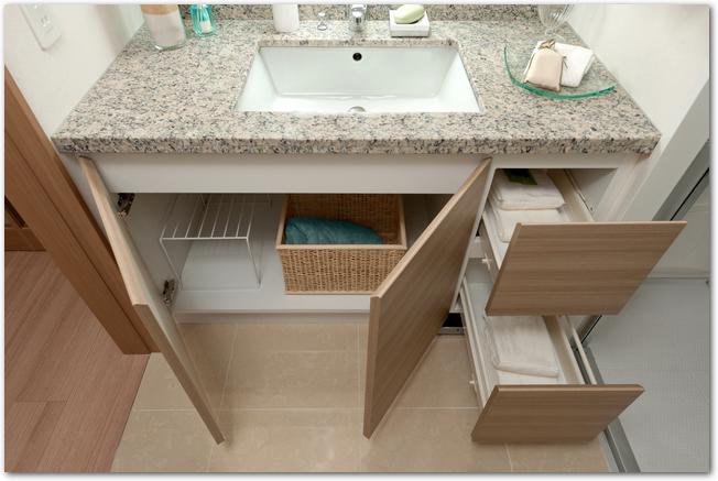 扉が開けられた洗面台の下の収納スペース