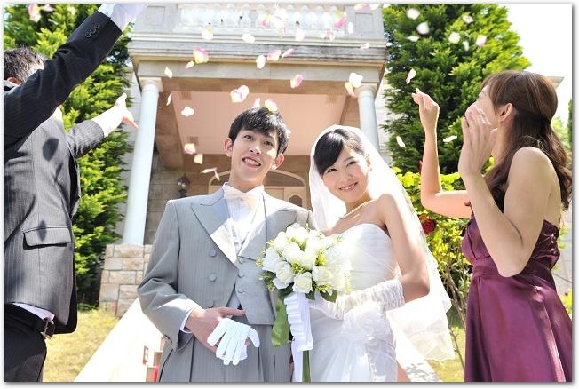 結婚式で新郎新婦にフラワーシャワーをする様子