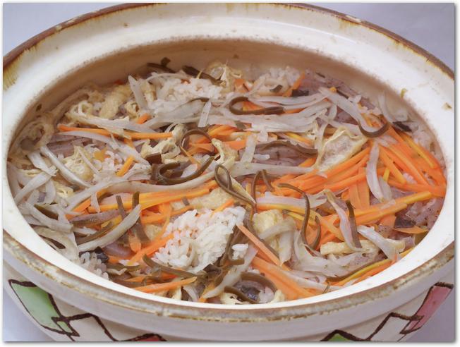 人参などが入った土鍋で作る炊き込みご飯