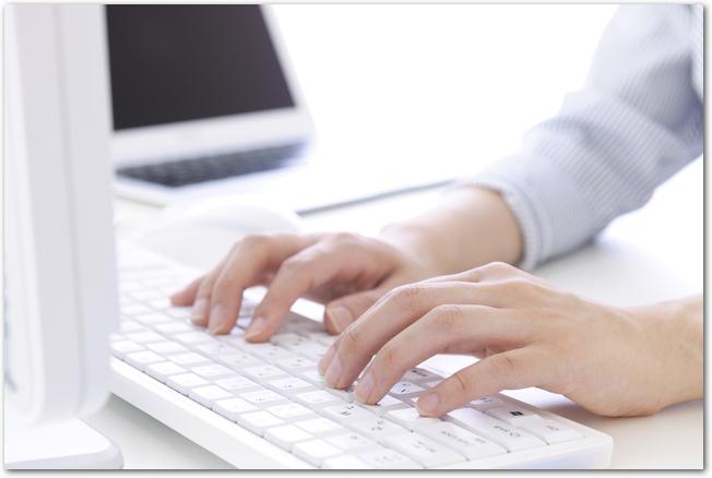パソコン作業をする女性の手元