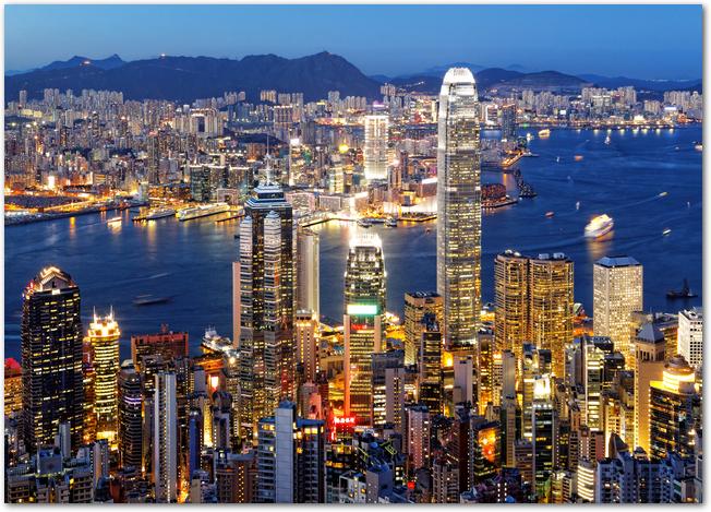 高層ビルが立ち並ぶ香港の夜景