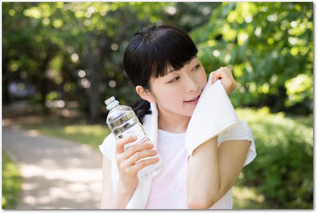 ペットボトルを持つ湯上りの女性