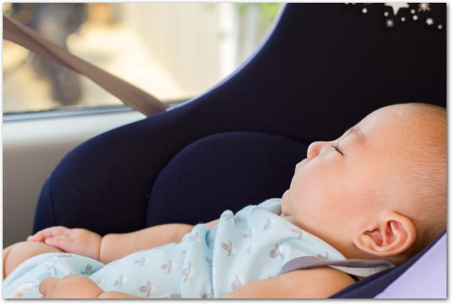 ベビーカーの中で眠る赤ちゃんの様子