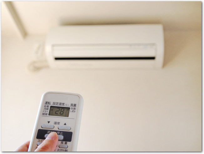 リモコンで28度にエアコンを設定する様子