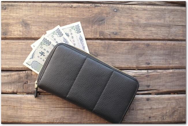 千円札3枚と茶色の二つ折り財布