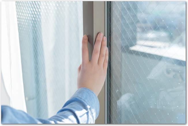 網戸を閉めたまま窓を開けて換気している様子