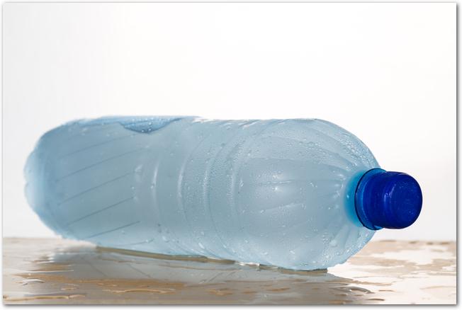 中身を凍らせた透明なペットボトル