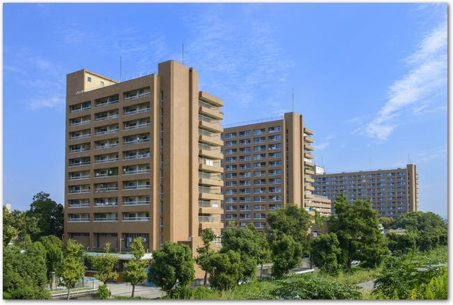 青空を背景にマンションが建っている光景
