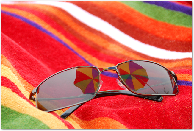 日傘とストールなどの日焼け対策グッズ