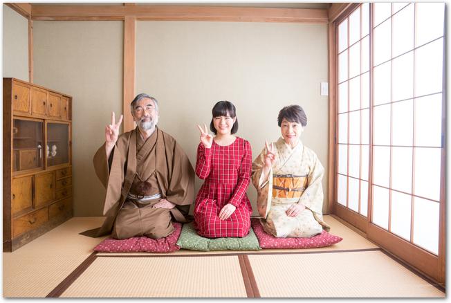 浴衣姿の笑顔の4人家族