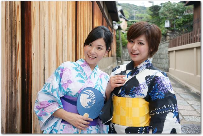 うちわを持つ浴衣姿の2人の女性