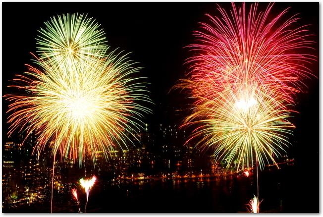 熱海海上花火大会で打ち上げられた大輪の花火