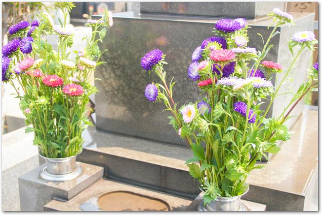 墓石の前に仏花が供えられている様子