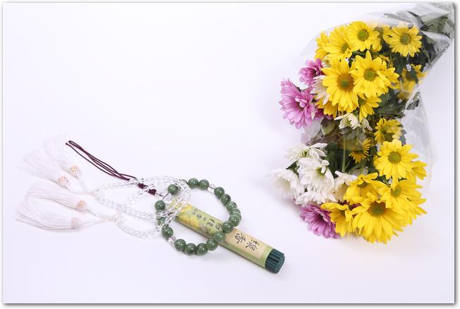 お墓参りに必要な仏花と数珠とお線香