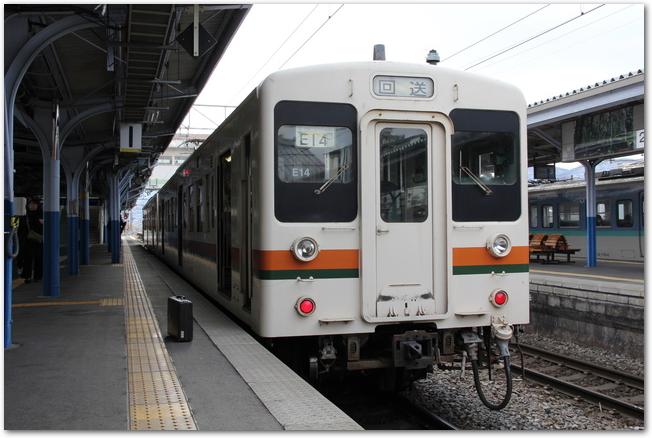 上諏訪駅に停車中の電車