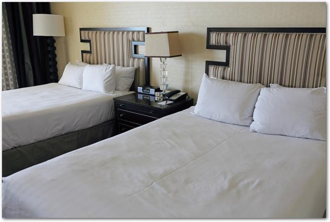ホテルのツインルームのベッド