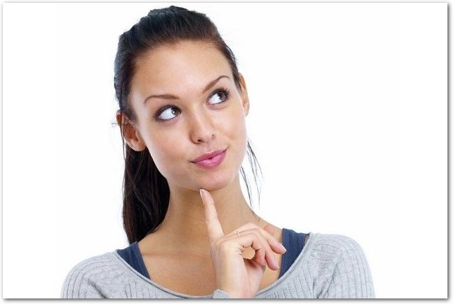 顎に指を当てて考える女性