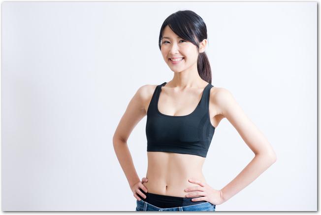笑顔を向けるスポーツウェア姿のスタイルの良い女性