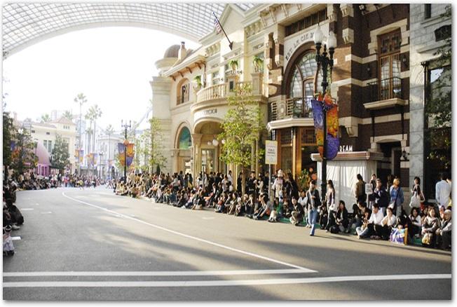 USJのメインストリートでパレードを待つ大勢の見物人たち