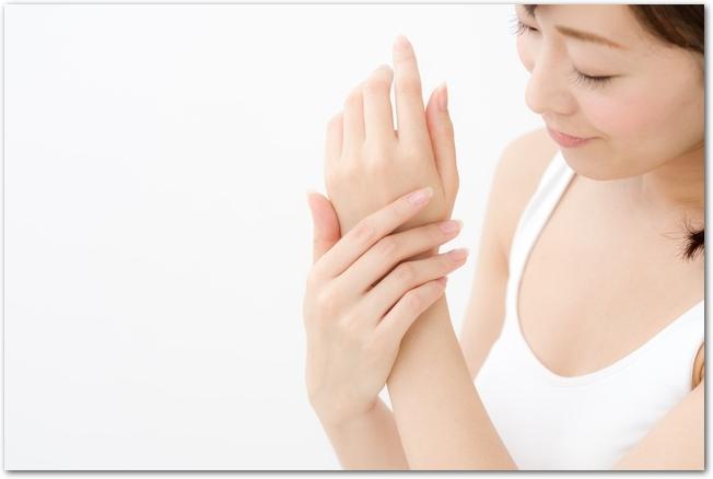 手の甲のスキンケアをする女性