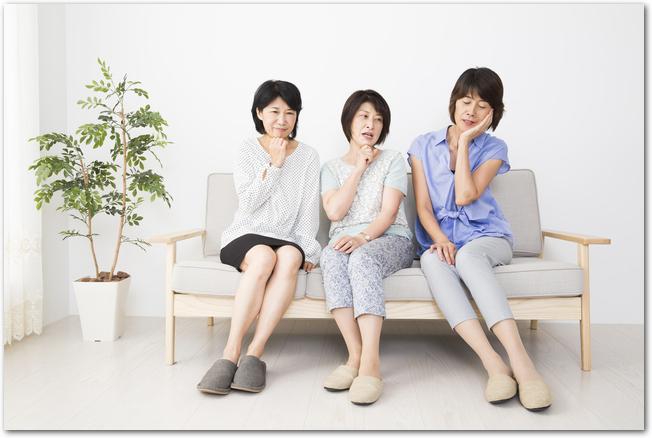 驚く3人のミドル女性たち