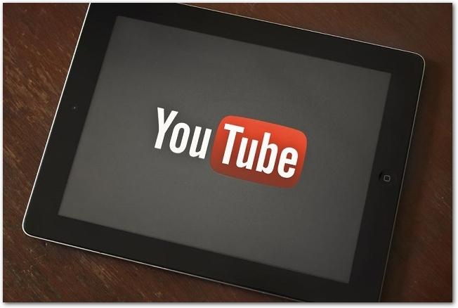 youtubeのロゴが表示されているタブレット端末
