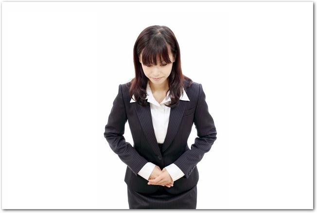 お辞儀をしているスーツ姿の若い女性の様子